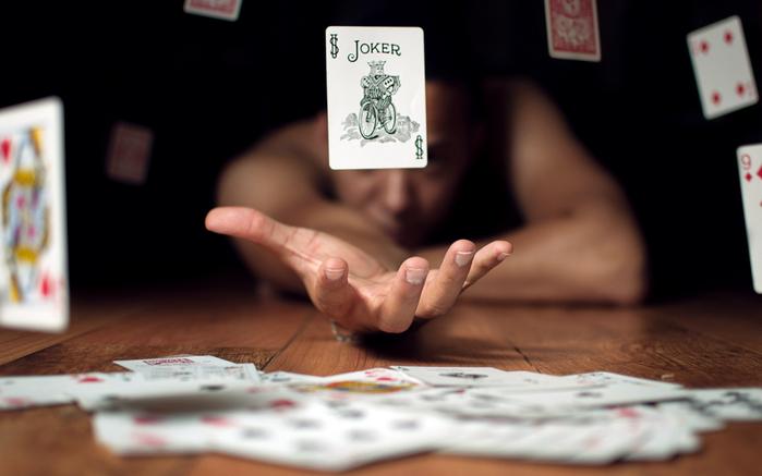 5000465-igralnye-karty-dzhoker-ruki-udacha-igra-karty-poker (700x437, 212Kb)
