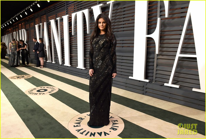 selena-gomez-vanity-fair-oscar-party-03 (700x474, 102Kb)