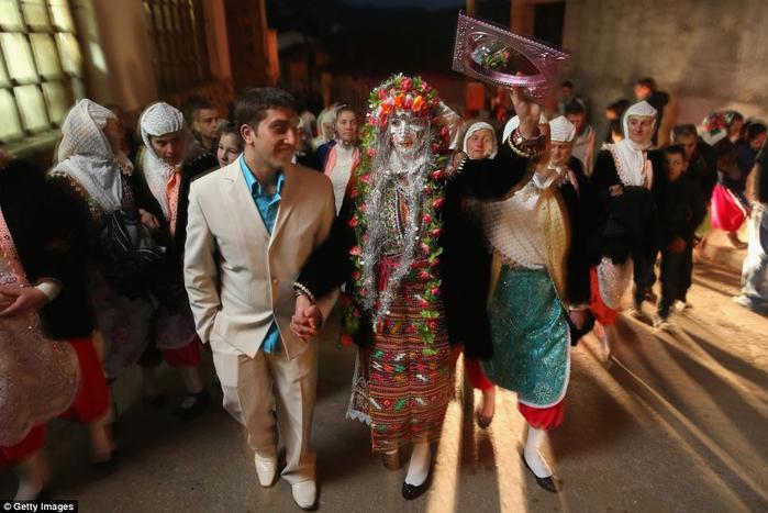традиционная болгарская свадьба 1 (700x467, 333Kb)