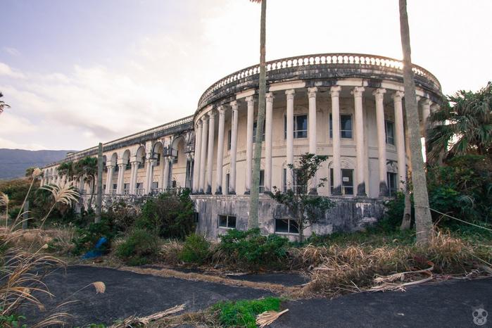 Заброшенный отель на острове Хатидзё-дзима1 (700x466, 363Kb)