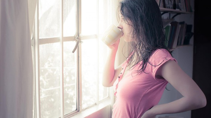 mood-girl-brnnetka-wet-hair-window-view-pink-cup-crook-tea-coffee-morning-background (700x393, 46Kb)