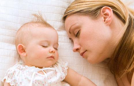 Ребёнок-спит-с-мамой (465x300, 30Kb)