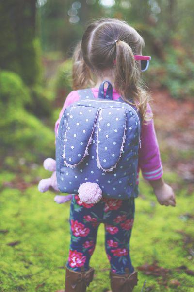 Рюкзачок с ушками кролика для маленькой девочки (1) (400x600, 216Kb)