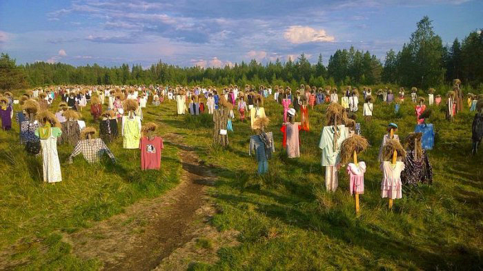 поле пугал в финляндии 1 (700x393, 353Kb)