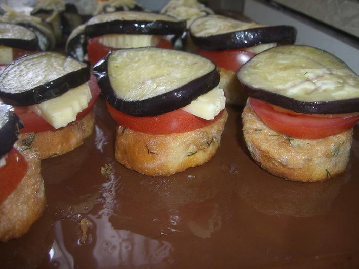 Баклажан, помидоры и сыр нарезаем.  Обжариваем баклажаны.  Остатки сыра трём на тёрке и смешиваем с толчёным чесноком.