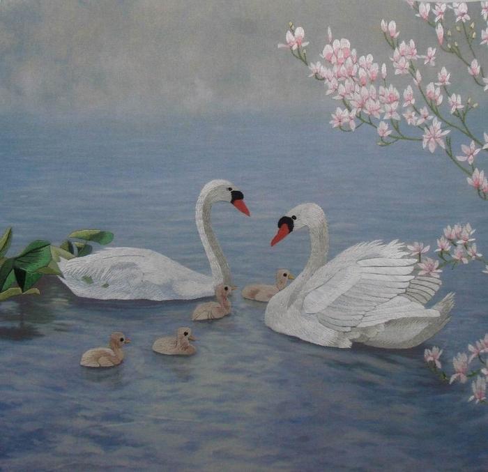 С помощью вышивки опытная умелица могла сделать...  Традиционно - это пейзажи, цветы пионов и лотосов, птицы...