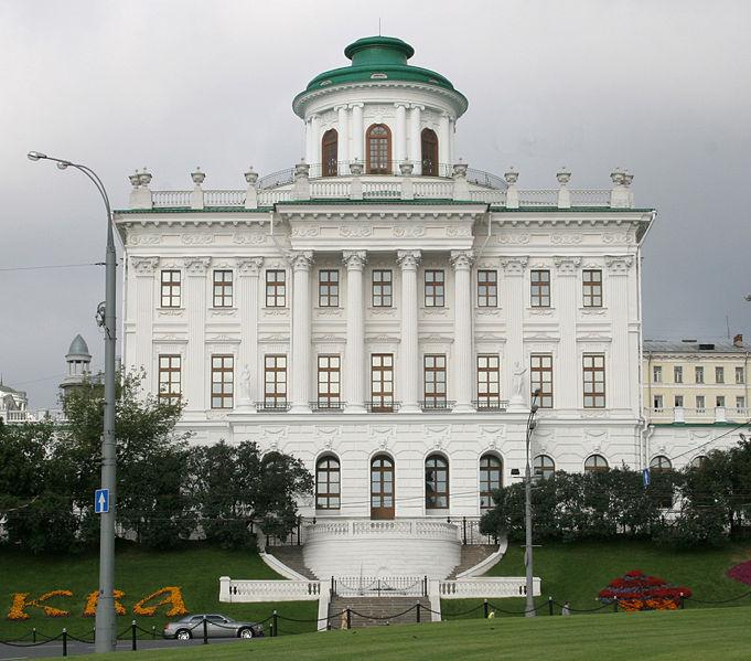 """В 1986 при стоительстве станции метро  """"Боровицкая """" осел фундамент дома Пашкова, потрескались."""