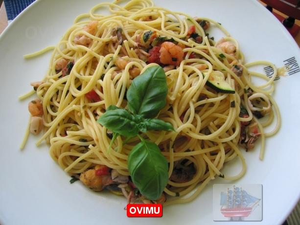 Нам понадобиться : Спагетти 500гр.  Коктейль из морепродуктов 1кг...