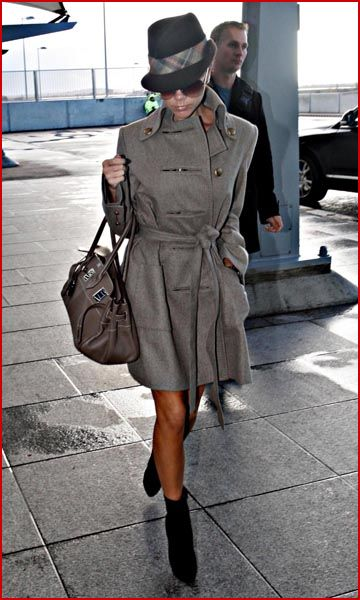 Как обычно , Posh выглядит стильно в шляпе, пальто , замшевои обуви и с...