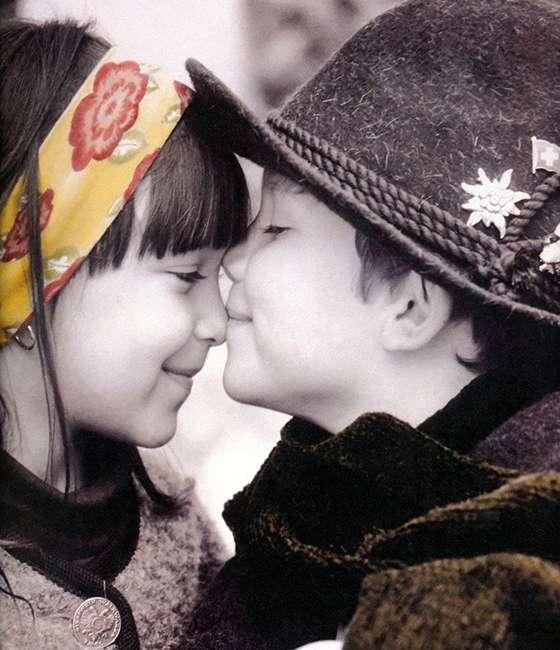картинка девочка мальчика целует