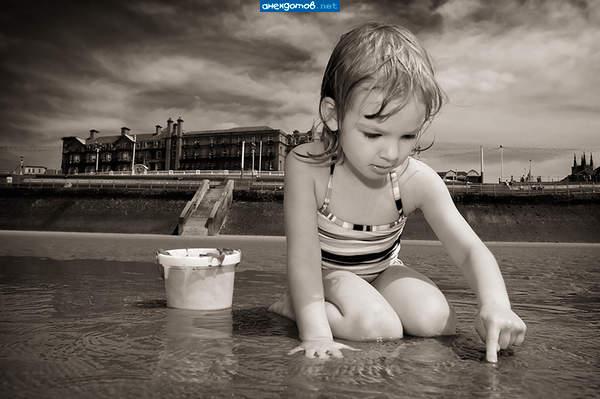 маленькая девочка рассматривает письку