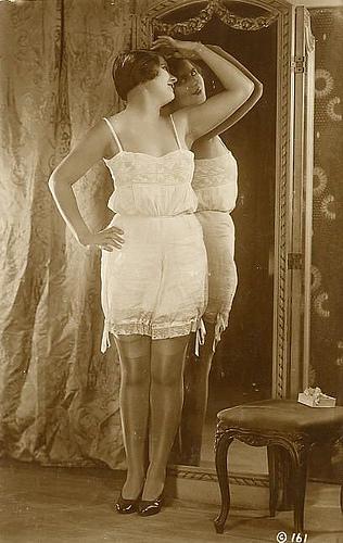 """Впервые в истории женщины начинают использовать белье как  """"оружие """" для соблазнения мужчин: нижние юбки и панталоны"""