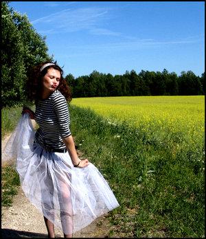 Скачать снимок девушки в юбке без лица фото 265-414
