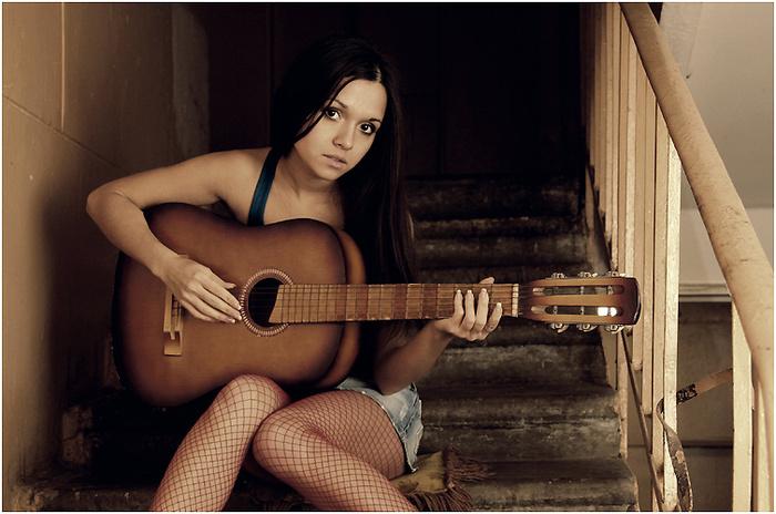Стоимость настоящей классической гитары не доступна как прекрасная девушка