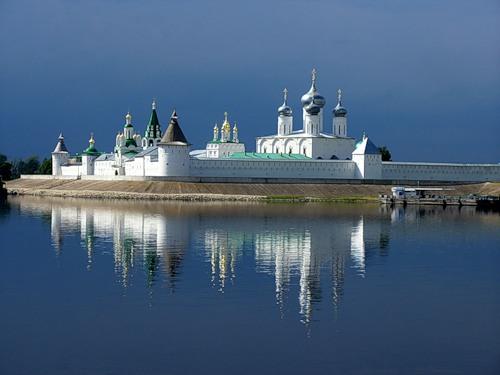 Монастырь на этом месте был заложен в 1435 году иноком Макарием, который позднее был причислен к лику святых.