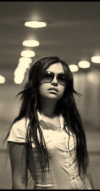 картина девушки с темными волосами