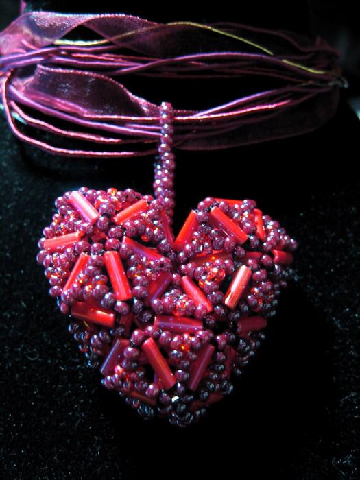 Бисер и стеклярус чешский,шнурке длиной 45см, цена 350р.  В предверии Дня Святого Валентина Несколько кулонов-сердечек.