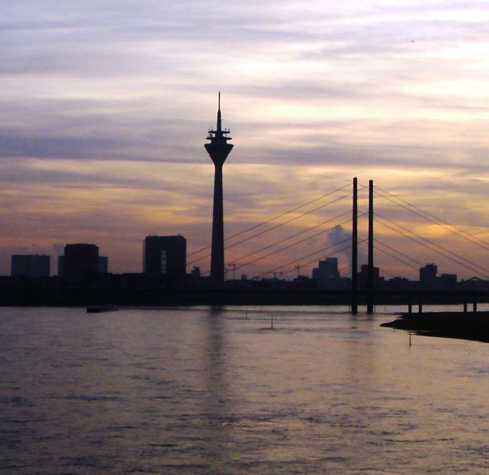 Элегантная дюссельдорфская телебашня Райнтурм, занимающая 11 место среди телекоммуникационных вышек мира.
