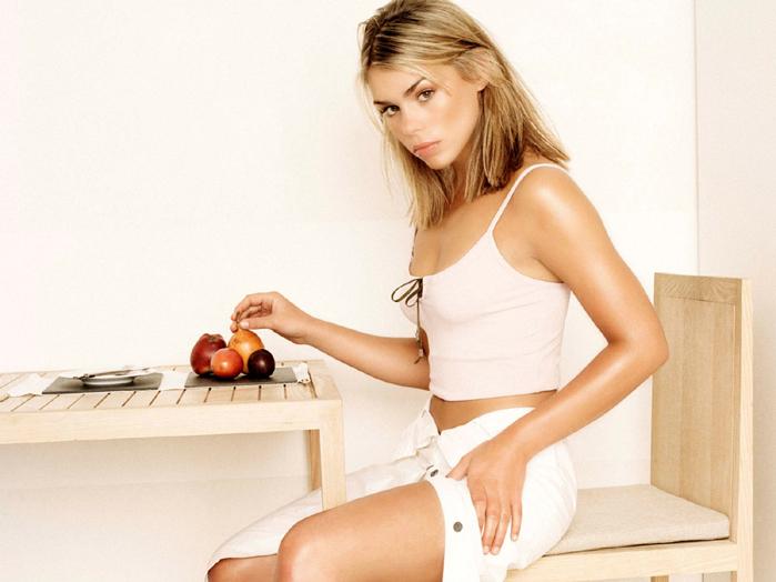Девушка с фруктами  230 КБ