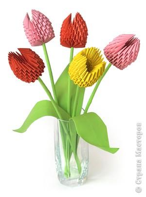 Любителям модульного оригами трудно удержаться и не попробовать приблизить весну смастерив букет тюльпанов.
