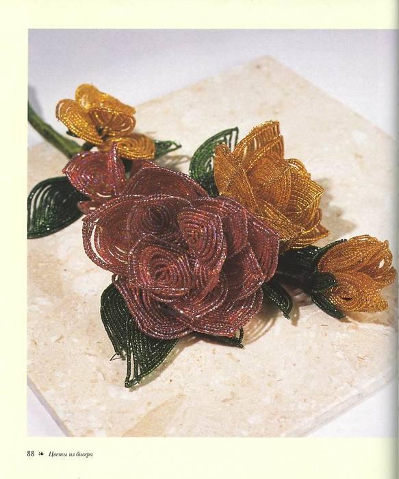 Предлагаю сделать цветы из бисера своими руками, ведь впереди столько праздников: ) Наверняка, пригодятся.