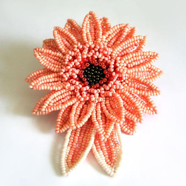 Вот и все.  Плетение из бисера цветка гербера закончено.