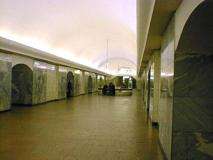 """в 1935 году станция  """"Чистые пруды """" открыта в составе первого пускового участка Московского метрополитена."""