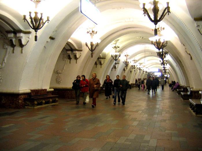 """в 1935 году станция  """"Арбатская """" открыта в составе первой очереди строительства Московского Метрополитена."""