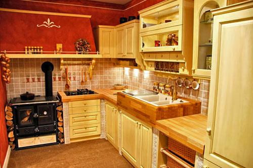 кухня из светлого дерева.