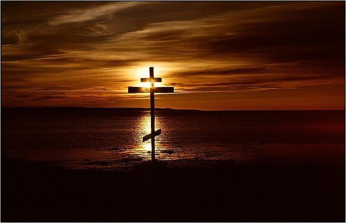 Крест на закате.  Красивые пейзажи.