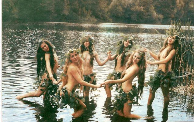 Поэтому парни и девушки купались ночью в реке или катались в росной траве,