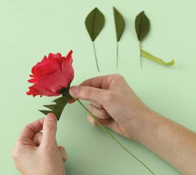 Розы, сделанные своими руками из гофрированной бумаги в виде сердечек, могут быть прекрасным ярким элементом декора...