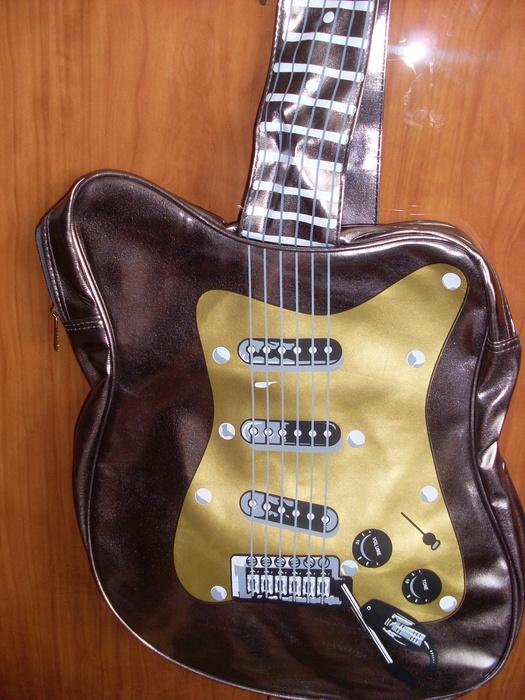 Сумка в виде гитары - продать в Красноярске.  Сумки на интернет.