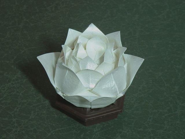 04.09.2011 15:00.  Как сделать традиционное оригами Цветок лотоса с использованием квадратного листа бумаги.