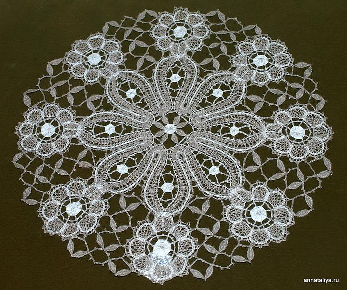 Плетение кружев на коклюшках.