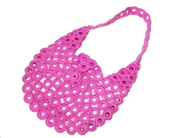 Вяжется она очень быстро, схема вязания сумки крючком довольно простая.  Найдена она на сайте DigestWeb.ru.