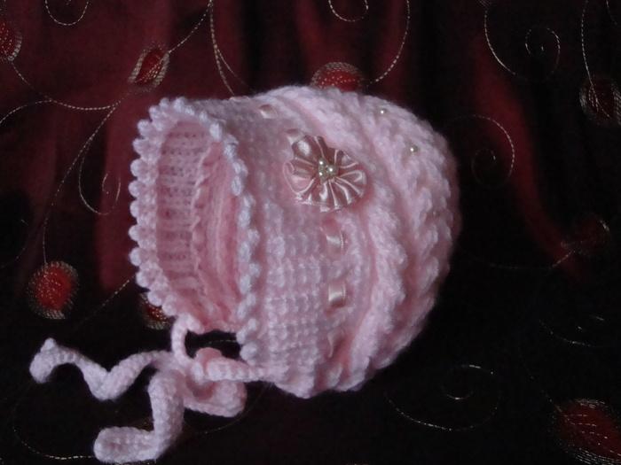 В прошлом году вязала своей доче такую шапочку, описание нашла на Осинке у honey25, за что ей благодарна...