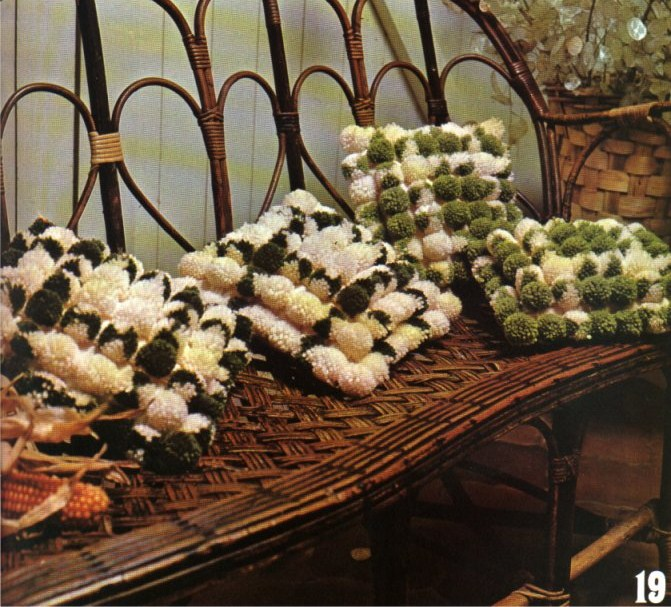 Нитки разрезаются и получается красивый помпон.  Их нужно много.  Помпоны раскладываются на полу и сшиваются иголкой...