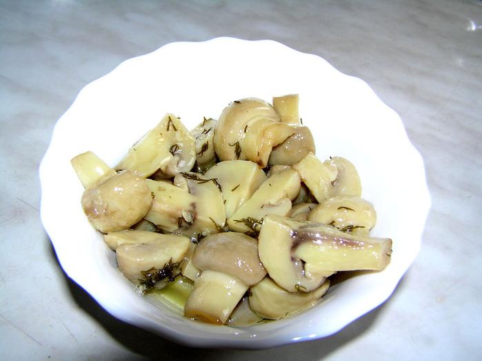 ...полкилограмма грибов (у меня были шампиньоны), четыре зубчика чеснока...