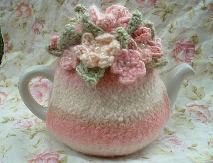 Очень интересные модельки вязанной одежды на чайники..)) основу вяжем, заваливаем, и потом сверху украшаем цветами...