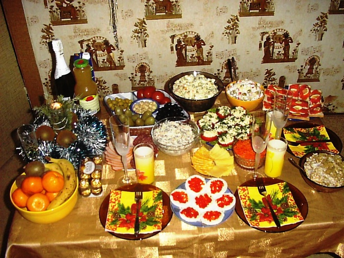 Дешёвый новогодний стол дома с фото