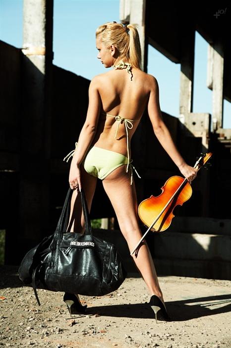 Милые девушки, не давайте таскать свои дамские сумки парням.