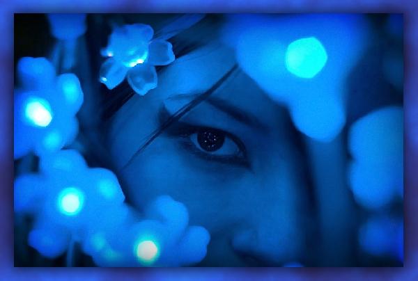 Голубая кофта синие глаза