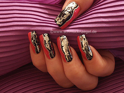 А для широких ногтей лучше подбирать светлые перламутровые тона, не закрашивая весь ноготь, а оставляя бока...