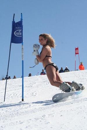 Русские лыжницы катаются в бикини на снежных склонах