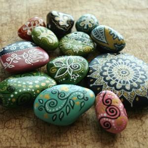 Если с моря вы привезли камушки на память, из них можно сделать вот такие забавные штучки. источник.