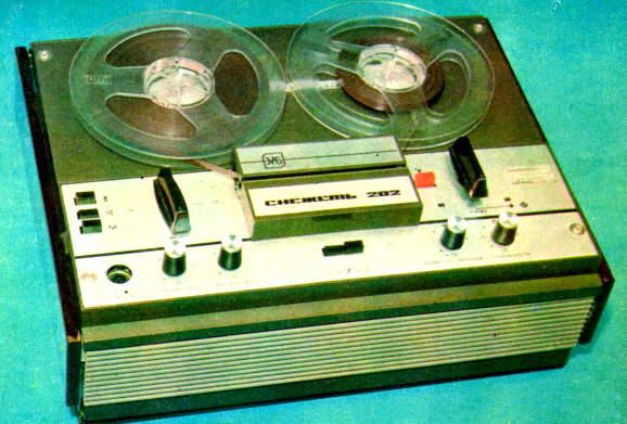 Дорожки 4. Двухдорожечные ленты четырехдорожечные магнитофоны читают без проблем, насколько я помню.
