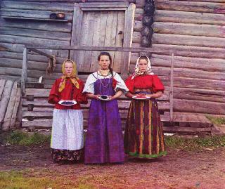 девушки в этнических костюмах
