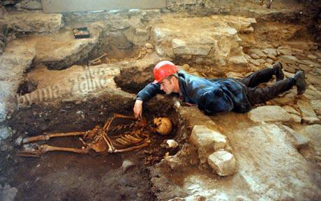 Археолог Дэвид Мюррей со скелетом в Замке Стирлинга
