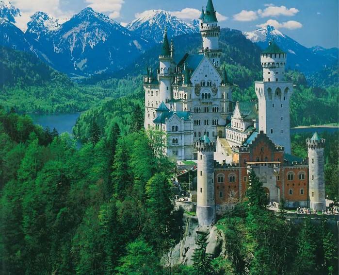 Какие особенности большинства средневековых замков?